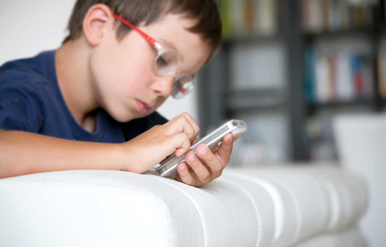 آئی پیڈ یا اسمارٹ فون بچوں کو دینا ان کے دماغ کے لیے نقصان دہ