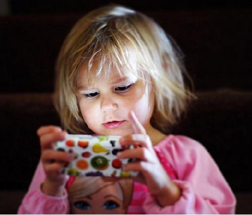 بچوں کی آنکھوں کو خشک کررہے ہیں اسمارٹ فون اور ٹیبلٹ