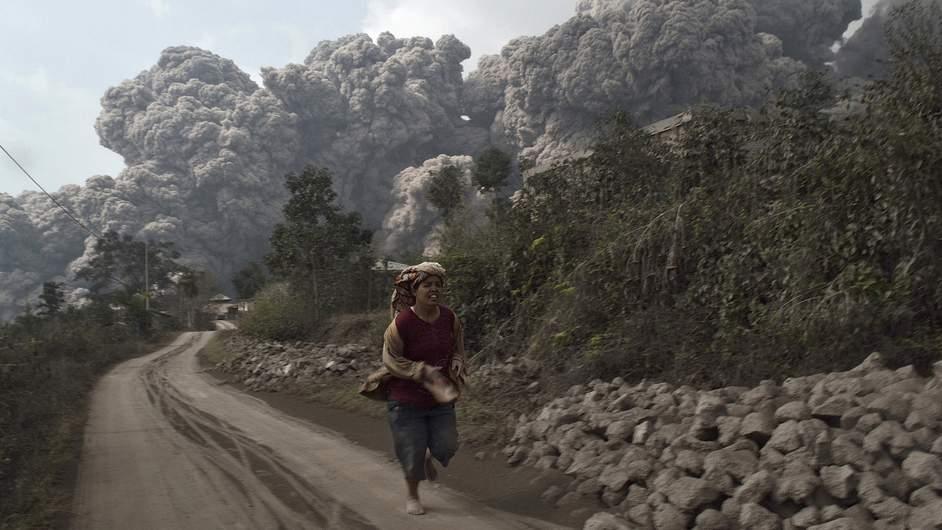 انڈونیشیا میں آتشفشاں پھٹ پڑا 14افراد ہلاک