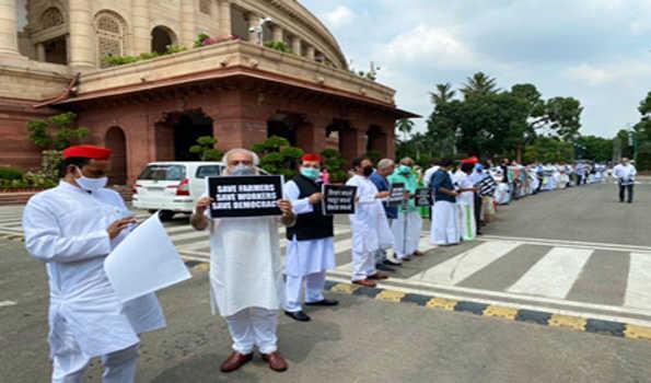 کسان اور مزدور مخالف بلوں کے سلسلے میں اپوزیشن کا پارلیمنٹ احاطے میں مارچ