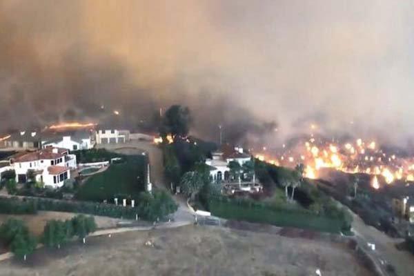 کیلیفورنیا کے جنگلوں میں لگی آگ سے ہزاروں لوگ لاپتہ، 70 کے قریب