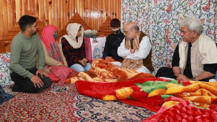 امیت شاہ شہید پولیس اہلکار کے گھر گئے، شہید کی اہلیہ کو نوکری دینے کی رسم پوری کی