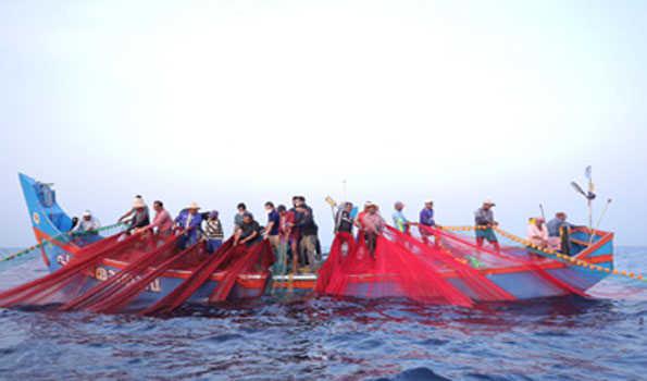 راہل علامتی مظاہرے میں ماہی گیروں کا ساتھ دینے کےلئے سمندر میں اترے