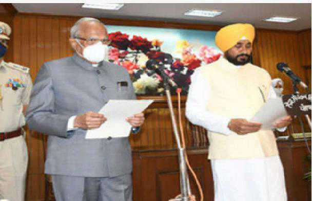 چرنجیت سنگھ چنی نے پنجاب کے 16 ویں وزیر اعلیٰ کے طور پر حلف لیا