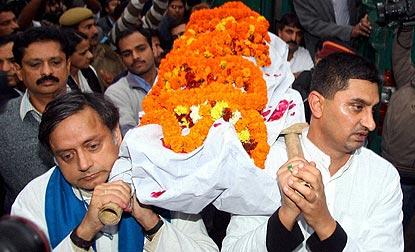 دہلی: سنندا پشکر کی آخری رسومات ادا کی دی گئیں