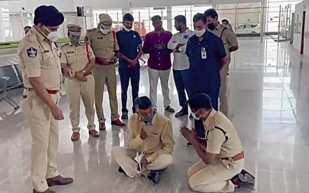 چندرابابو کا انوکھا احتجاج۔ایرپورٹ کے فرش پر بیٹھ گئے