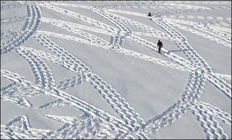آرٹسٹ نے برف پر چہل قدمی کر تے ہوئے دلکش نقش و نگاربنا ڈالے