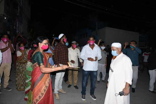 حیدرآباد:تبلیغی جماعت سے واپس کورونا سے روبہ صحت شخص کا تالیوں کی گونج میں ہیرو کی طرح بین مذہبی شاندار استقبال