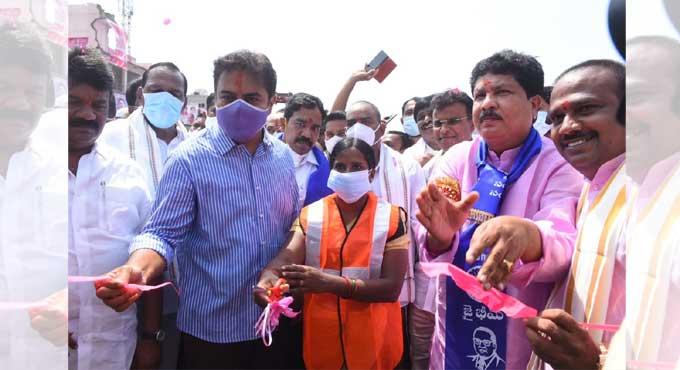تلنگانہ کے وزیربلدی نظم ونسق وشہری ترقی نے حیدرآباد کے بالانگر فلائی اوور کا افتتاح کیا