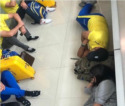 بیوی ساکشی کے ساتھ زمین پر ہی سو گئے دھونی