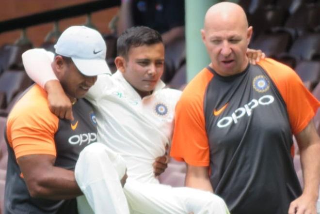 فیلڈنگ کرتے ہوئے زخمی ہوئے پرتھی شاہ، گود میں اٹھا کر لے جانا پڑا میدان سے باہر