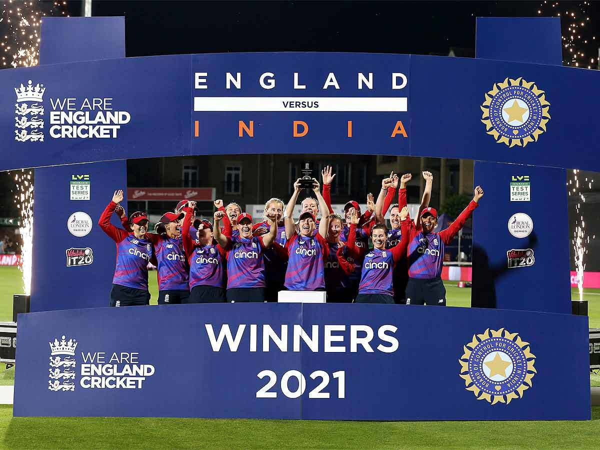 ٹی-20 سیریز: ہندوستانی خاتون ٹیم کو انگلینڈ کے مقابلے 2-1 سے شکست