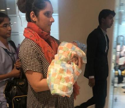 ماں بننے کے بعد بیٹے کے ساتھ نظر آئی ثانیہ