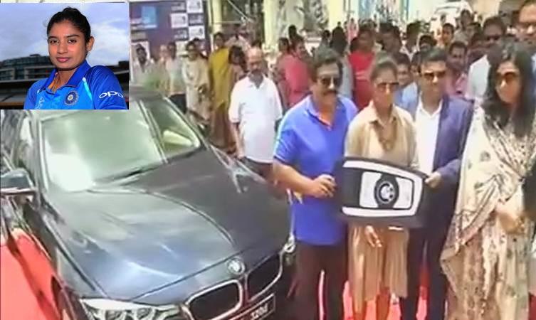 حیدرآباد میں متالی راج کو تحفے میں ملی BMW کار