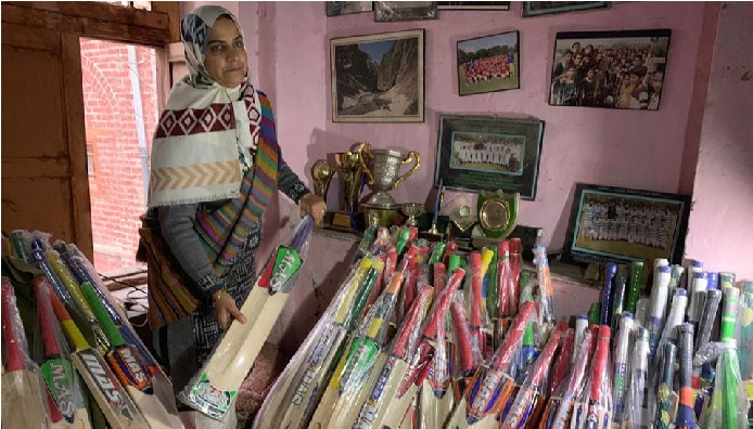 """ہندوستان کی واحد خاتون بیٹ ساز ہے کشمیر کی یہ """"بیٹ ویمن"""""""