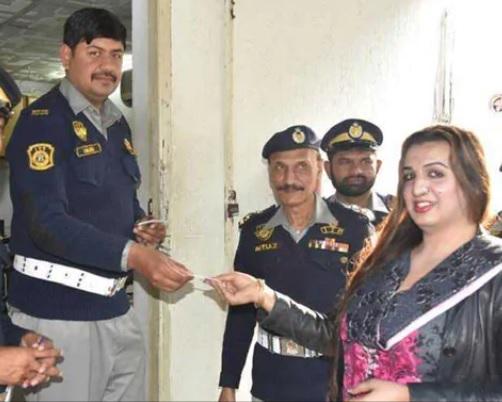 پاکستان میں پہلی بار مخنث کو ڈرائیونگ لائسنس