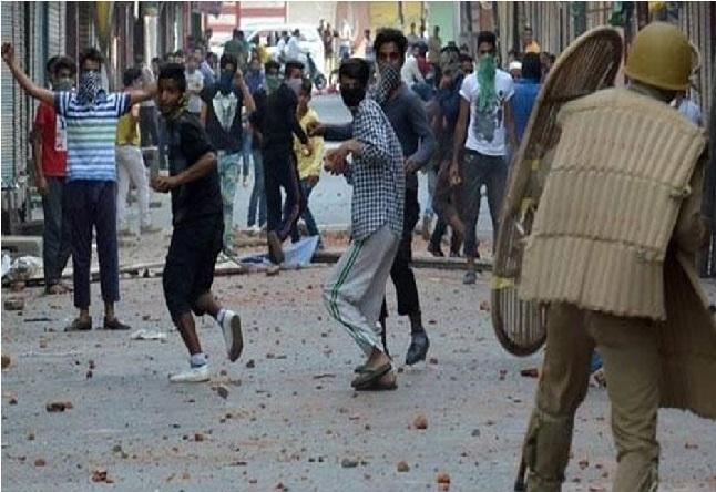 جموں و کشمیر: سیکیورٹی فورسز پر پھینکنے پتھراؤ ، ایک مظاہرین کی گولا باری میں موت