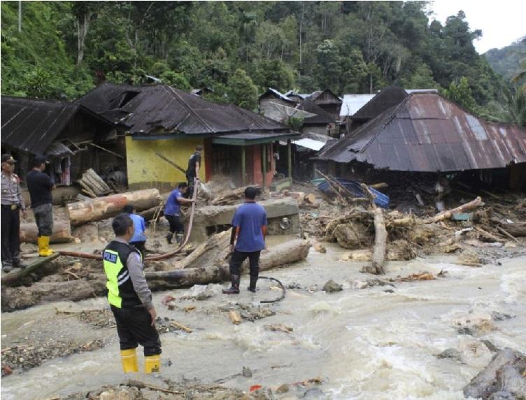 انڈونیشیا میں تودے گرنے سے 22 افراد ہلاک، کئی لاپتہ