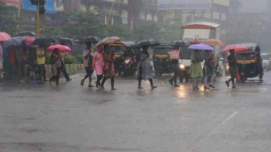 ممبئی میں گھن گرج چمک سے مانسون پہلی کی طوفانی بارش سے عام زندگی مفلوج