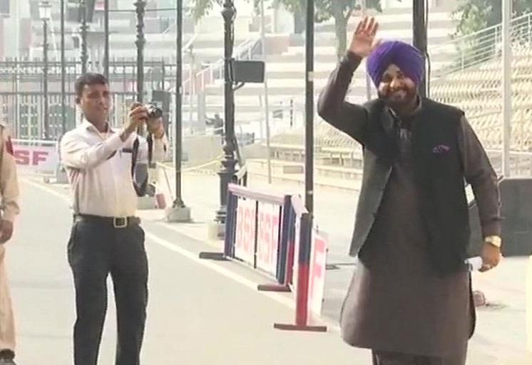 کرتار پور کوریڈور: سدھو گئے پاکستان، کہا، میں پی ایم عمران خان کا قرض دار ہوں