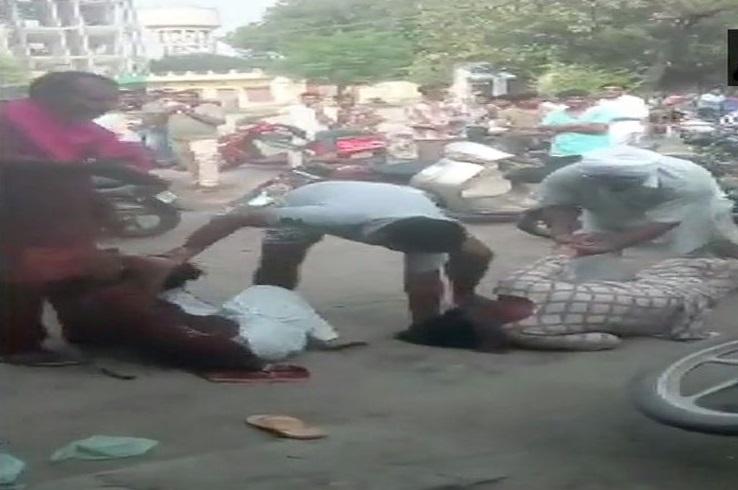 پنجاب میں خواتین کو سڑک پر بری طرح پیٹا