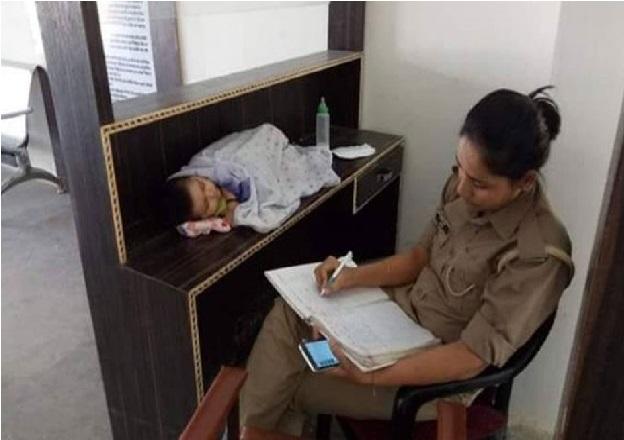 اس خاتون پولیس اہلکار کی تصویر سوشل میڈیا پر وائرل، وجہ آپ کو جذباتی کردے گی