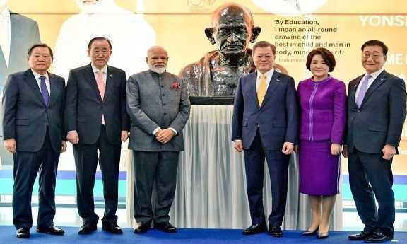 وزیراعظم نے سیول کی یونسائی یونیورسٹی میں مہاتما گاندھی کے مجسمہ کی نقاب کشائی کی