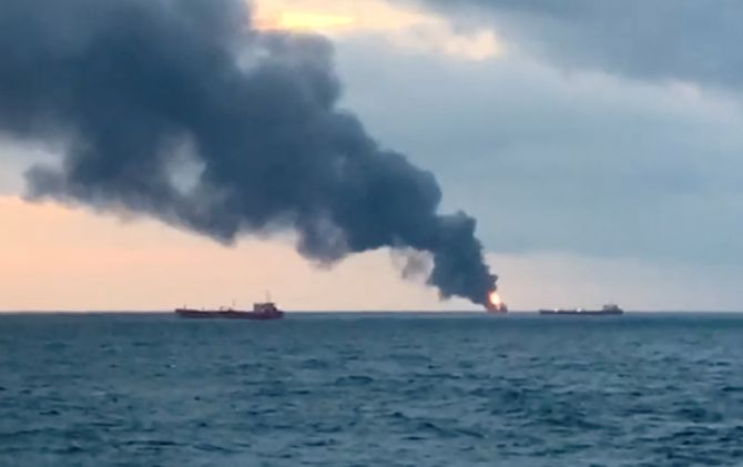 روس کے آبنائے کرچ علاقے میں دو جہازوں میں آگ لگنے سے 10 ہلاک