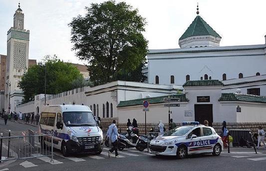 فرانس میں مسجد کے دروازہ پر سور کا سر اور جانور کا خون