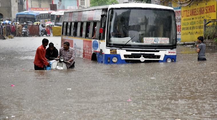 حیدرآباد میں موسلادھار بارش، ٹریفک متاثر