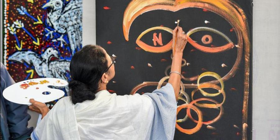 ممتا بنرجی نے پینٹنگ کے ذریعہ شہریت ترمیمی ایکٹ کے خلاف احتجاج درج کرایا