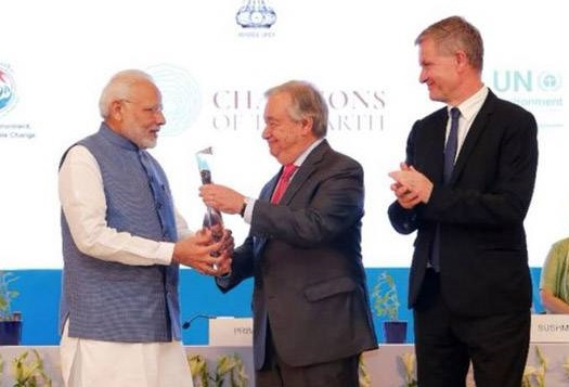 """وزیراعظم نے اقوام متحدہ کےسکریٹری جنرل سے """"یواین ای پی چمپئنس آف دی ارتھ """"ایوارڈ حاصل کیا"""