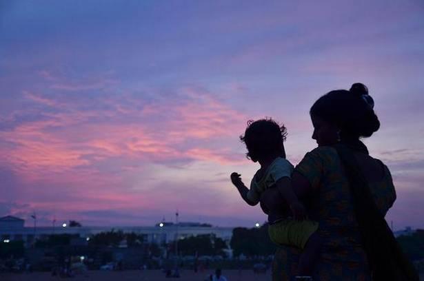 بچہ گود لینے کے بعد دو سال تک ملک میں رہنے کی پابندی ختم