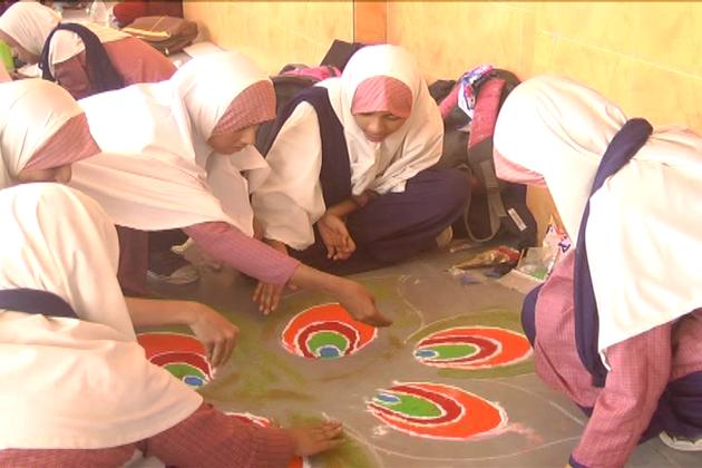 مسلم طالبات نے دیوالی کی رنگولی بنا کر قائم کی فرقہ وارانہ ہم آہنگی کی ایک نئی مثال
