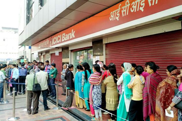 نویں دن بھی بینکوں اور اے ٹی ایم کی قطار میں کھڑے ہیں لوگ