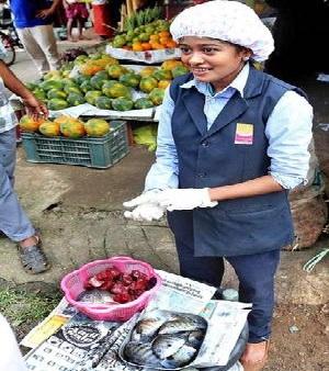 اسکول یونیفارم میں مچھلی فروخت کرنے پر مشہور ہوئی حنان حاممد کار حادثے میں زخمی