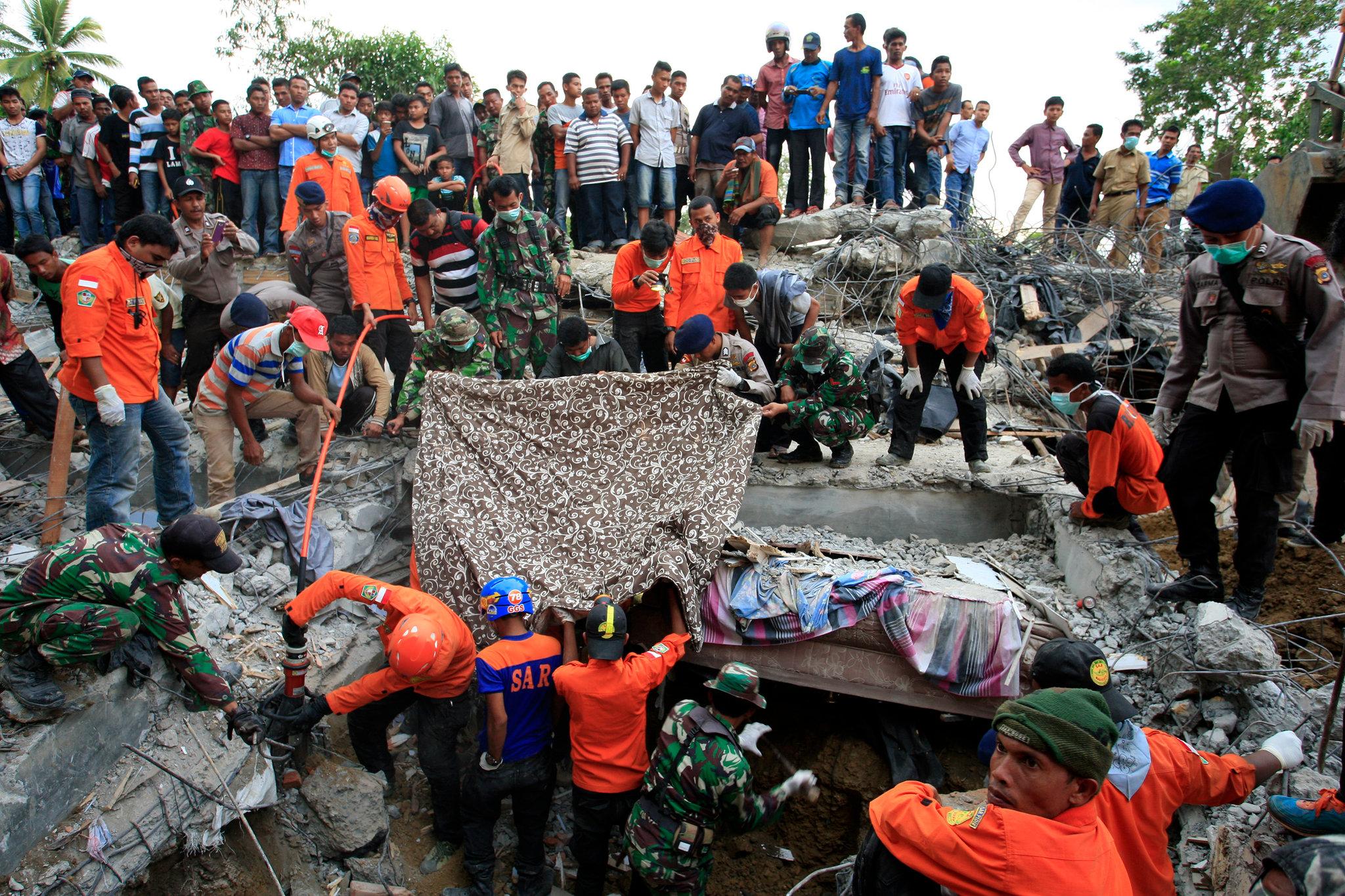 انڈونیشا میں آئے زلزلے میں ہلاکتوں کی تعداد بڑھ کر 100 ، ہزاروں امداد کے منتظر