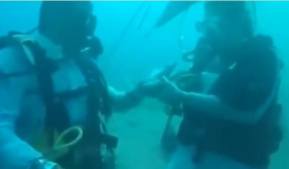 سمندر کی تہہ میں اتر کر مصری نوجوان نے برطانوی لڑکی سے کی شادی