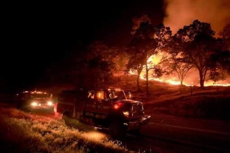 کیلی فورنیا کے جنگلوں میں لگنے والی آگ کو بجھانے میں ملازمین جزوی طور پر کامیاب