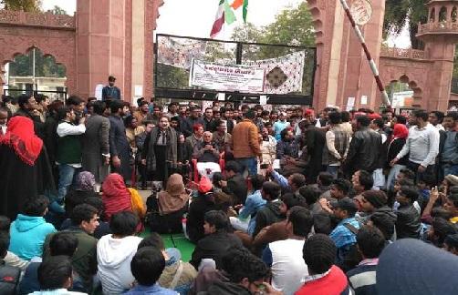 مسلم یونیورسٹی میں اپنے مطالبات کو لیکرطلباء و طالبات کا دھرنا جاری