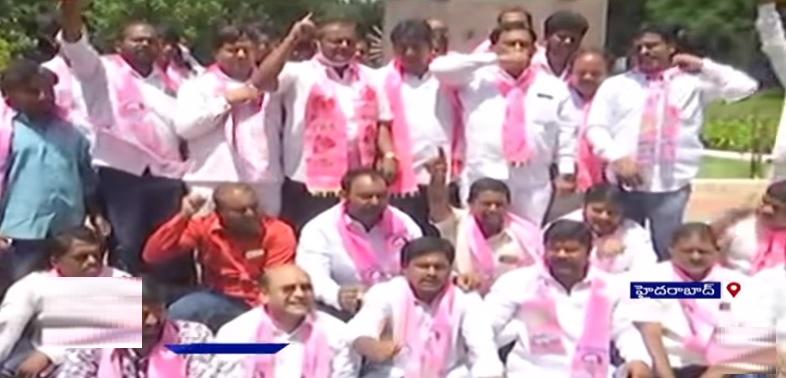 حیدرآبادکے یادگار شہیداں پر ٹی آرایس کارکنوں کااحتجاج