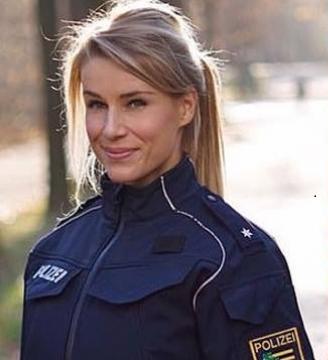 خاتون پولیس اہلکار کی خوبصورتی نوکری کے لیے بنی مصیبت' لوگ جان بوجھ کر توڑ رہے ہیں قانون