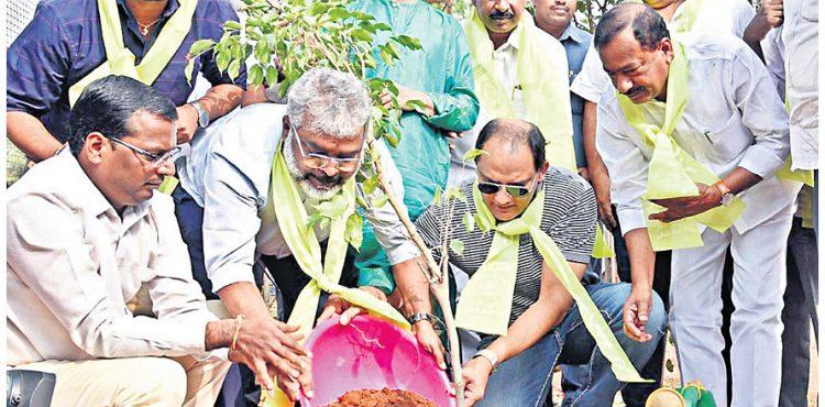 اظہرالدین نے گرین چیلنج قبول کرتے ہوئے شجرکاری کی