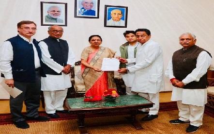 کمل ناتھ کی گورنر آنندی بین پٹیل سے ملاقات، نئی حکومت سازی کا دعوی پیش