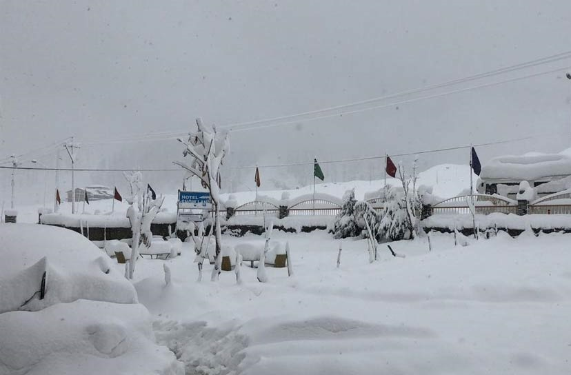 جموں کشمیر: کئی علاقوں میں زبردست برفباری، مغل روڈ بند، 120 لوگ محفوظ نکالے گئے