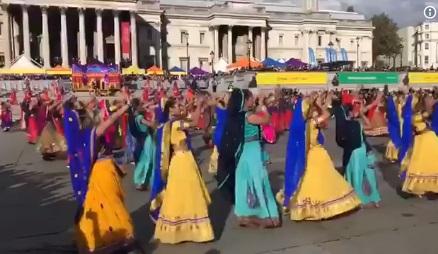 لندن میں دیوالی کا اہتمام، سڑکوں پر خواتین کا روایتی ڈانس