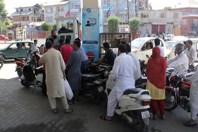 کشمیر کے سبھی علاقوں سے کرفیو اٹھا یاگیا، پرتشدد احتجاجی مظاہروں کا سلسلہ بدستور جاری