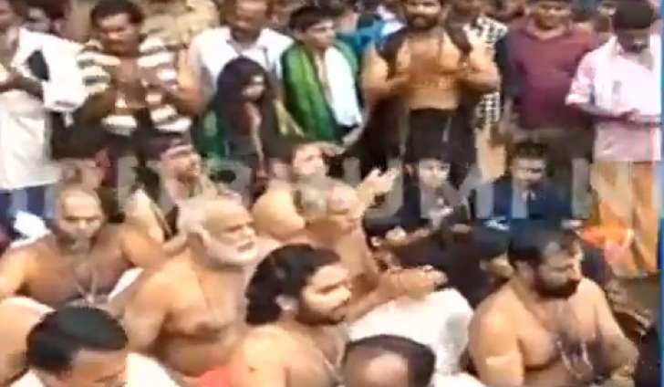خواتین کی مخالفت میں سبری مالا کے جونیئر پجاریوں کا مظاہرہ، پوجا بند کیا