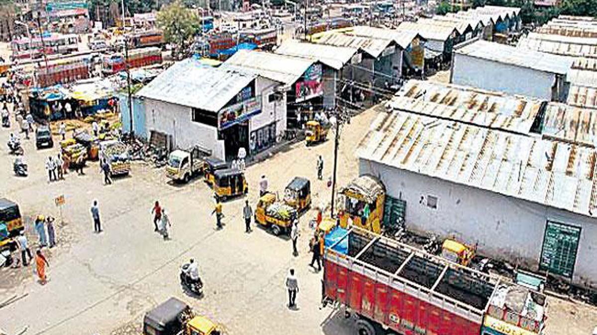 حیدرآباد: کتہ پیٹ فروٹ مارکٹ منتقلی کیخلاف پھلوں کے تاجروں کا محکمہ مارکٹنگ کے دفتر کے سامنے احتجاج