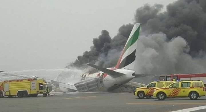 ایمریٹس کا طیارہ دبئی میں گر کر تباہ، تمام 300 مسافر محفوظ